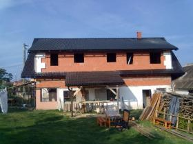 Výroba a montáž krovu, položení betonové střešní krytiny Vacovice.